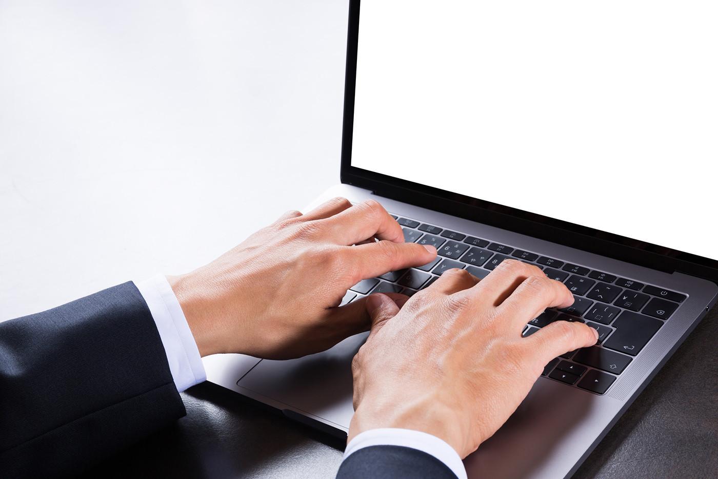 PCを扱う手元の写真