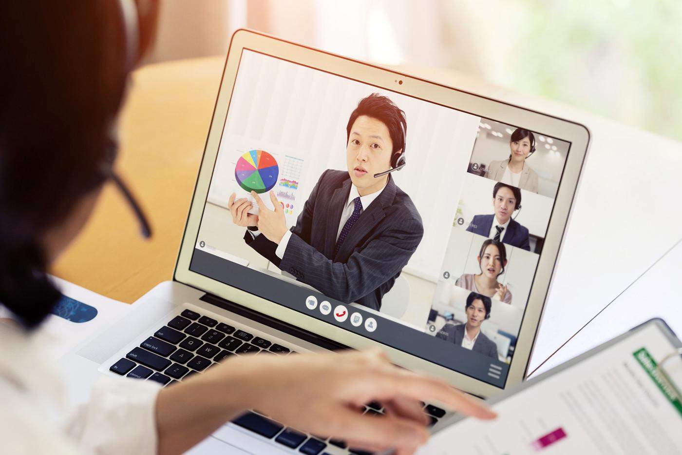 オンラインでミーティングをするPCの画面に映る男性