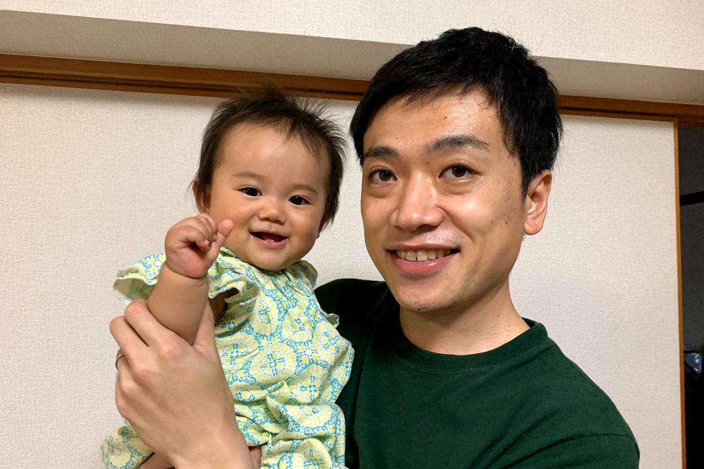 育休を取得した男性社員と赤ちゃんの写真